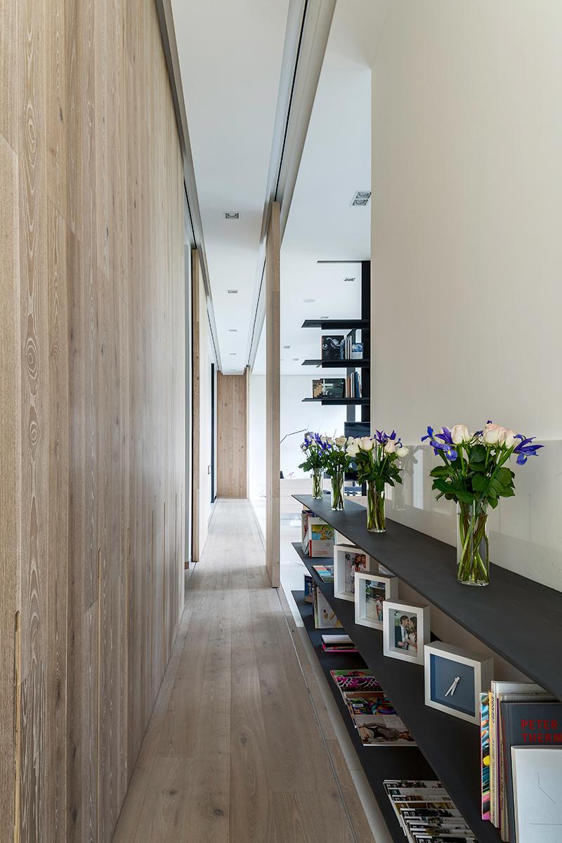 Длинный коридор в однокомнатной квартире, фото