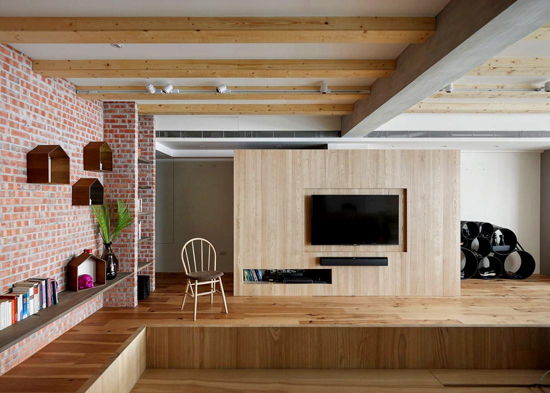 Гостиная с деревянными перекрытиями на потолке, фото