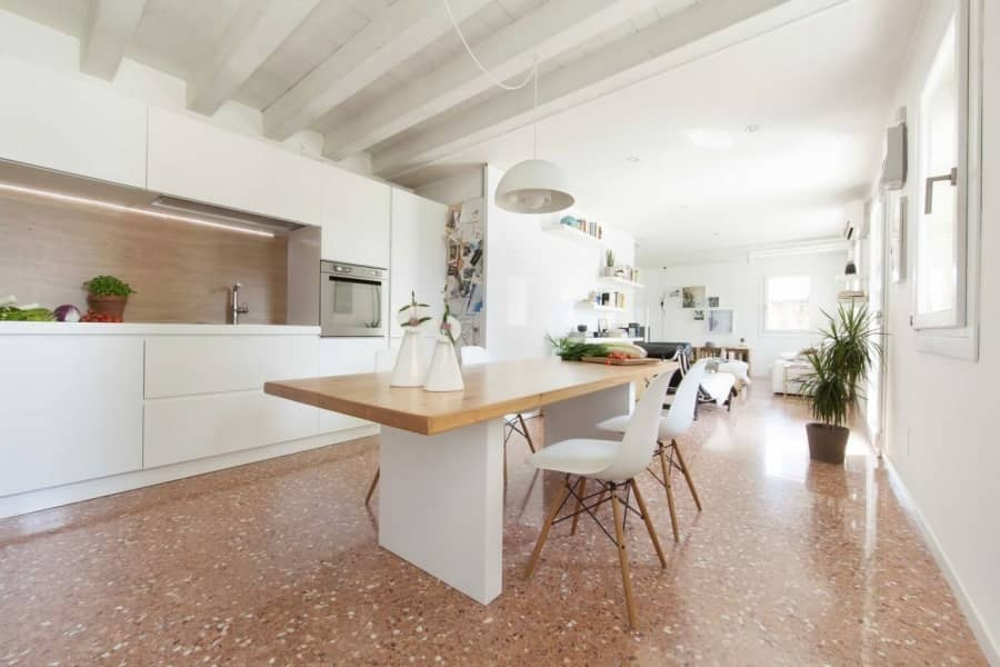 Белый интерьер загородного дома в Италии, фото