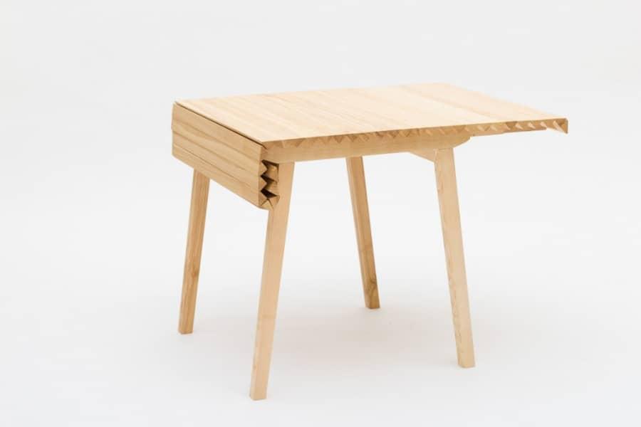 Как сэкономить место в гостиной: гениальный складной стол Wooden Cloth, фото