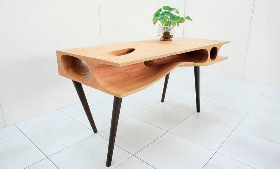 Необычный стол с полкой для котов, фото