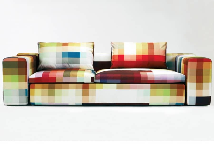 Яркий диван с обивкой в виде пикселей, фото